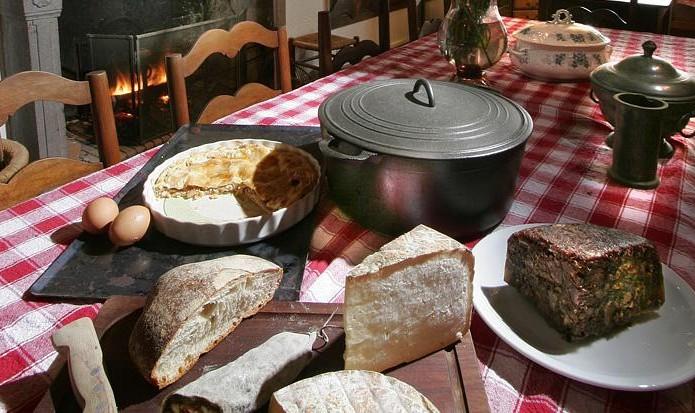 La table accueille 10 couverts devant la cheminée ...