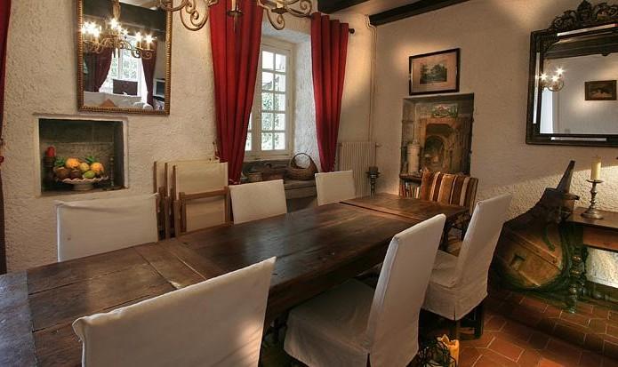 La grande table accueille 8 à 10 convives pour vos repas de fêtes...