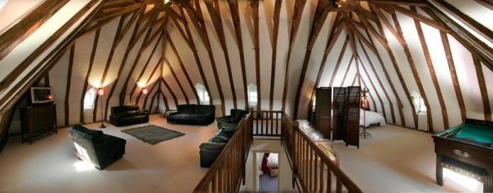 La salle de jeux originale avec sa charpente en coque inversée ...