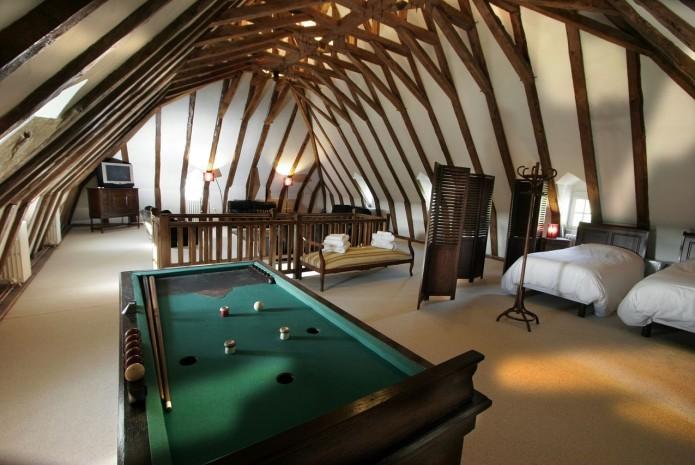 La salle de jeux originale avec sa charpente en coque inversée