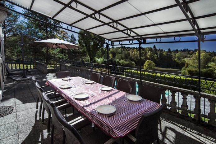 Déjeuners sur la terrasse surplombant la piscine et l'étang